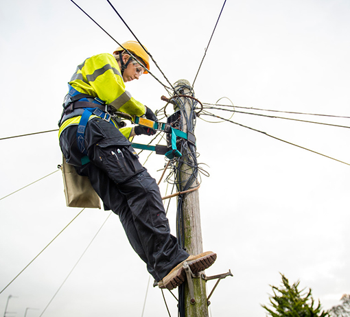 kcom-engineer-installing-fibre-pole