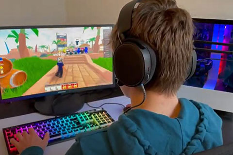 child on screen gaming